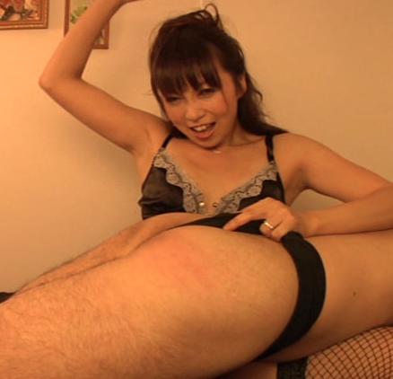 美女たちによる、お膝の上でのお尻ペンペンと言葉責め、乳首責め
