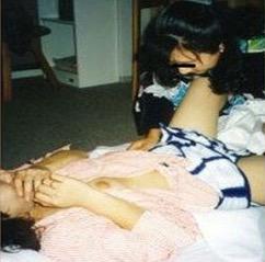 おもらし女子校生が気性の激しいママから折檻スパンキングされる